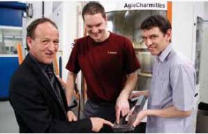 Balról jobbra: Hansjörg Sturzenegger, Marco Rubin és Jürg Eichmann a munkadarab szemrevételezésénél. A három specialista arckifejezésén látható, hogy nincs mit kifogásolni.