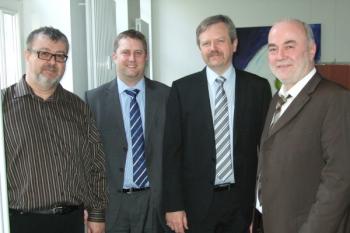 (balról jobbra) Josef Eder (Sterr & Eder társalapítója), Nick Ogden (pénzügyi igazgató, Norman Hay csoport), Gary Lloyd (ügyvezető igazgató, Ultraseal International), Alois Sterr (Sterr & Eder társalapítója)