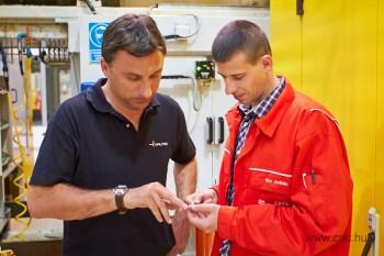 Sós László (balra), a Walter egyik kiemelt ügyfelekkel foglalkozó szakértője tart konzultációt Rácz Zoltánnal (jobbra) az Audi Hungária Motor Kft. V6-V8 főtengely megmunkálási gyártósorán