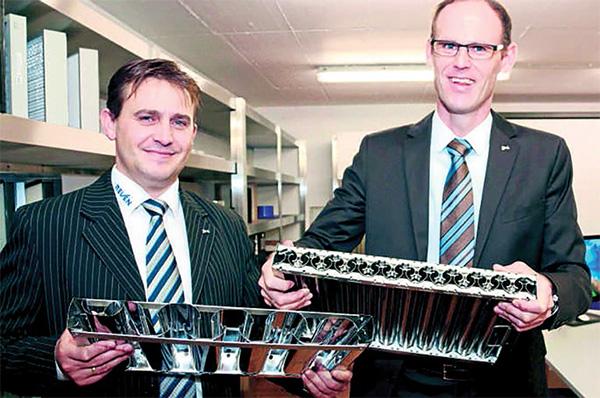Vitali Lai (balra) értékesítési vezető és Sven Rentschler ügyvezető a levegőt tisztán tartó technológia 15 évét mutatja. Balra látható az elavult elem, jobbra az X-Cyclone-technológia