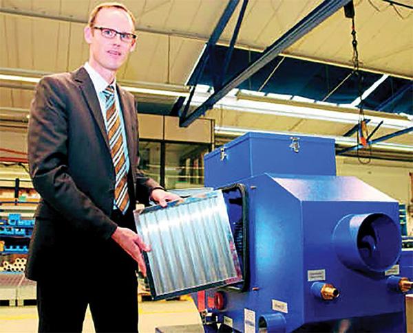 Az UMC-750-nel Rentschler cégvezető mutatja az új mechanikus leválasztórendszert, amelyre világszabadalmat jelentettek be.