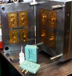 3D nyomtatott és hagyományosan megmunkált öntőformák egymás mellett