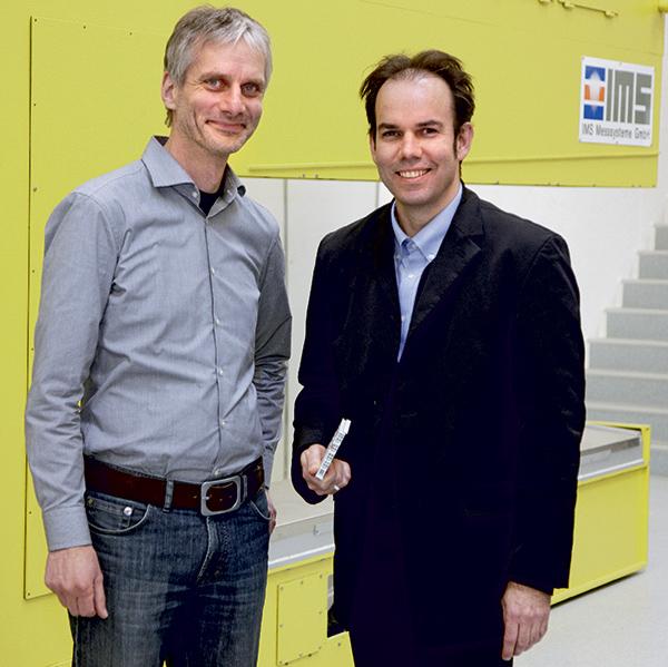 Peter Bierwolf (balra) az IMS és Wilm Schadach (jobbra) a Beckhoff munkatársa büszke a hosszútávú, sikeres és szoros együttműködésre