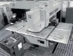 Az első – a Trumpf által bemutatott – kombináltstancoló-lézervágó gép esetében 500 és 700 wattos CO2-lézereket alkalmaznak sugárforrásként