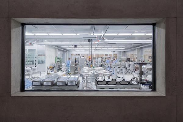 Tisztatér Bepillantás a CO2-lézerszerelde tiszatszobájába Ditzingen-ben