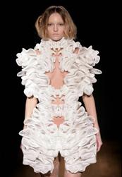 Iris van Herpen divattervező textil helyett SLS-sel dolgozott
