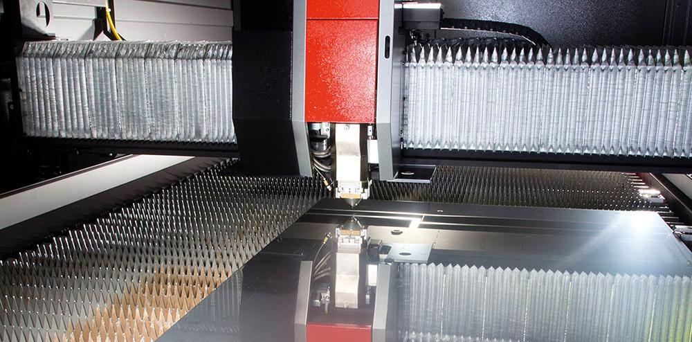 A 2 kW-os lézerrel akár 25 mm-es normál acél is vágható