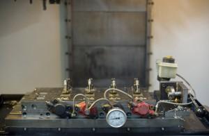 A Haas VMC gépen lévő hidraulikus készülék házon belül készült. A nyomásszabályzást motorkerékpár féknyereggel oldották meg.