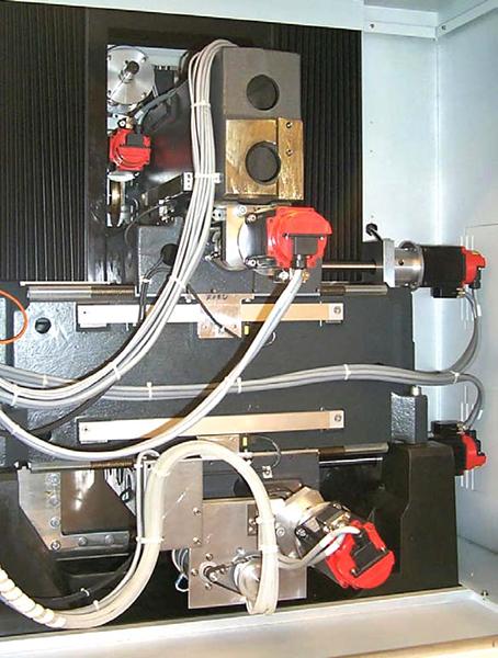 2. ábra: Előtoló hajtásrendszer a burkolat mögött: látható a szervo motorokat minnél távolabb igyekeztek helyezni egymástól