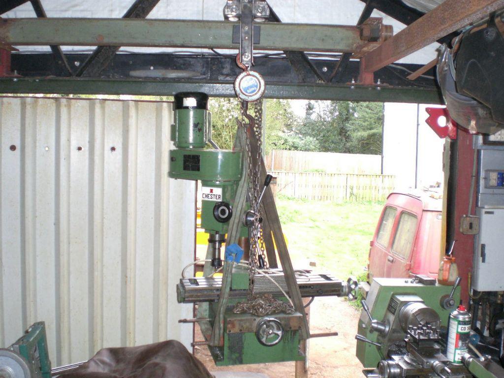 9. ábra: Kis méretű fúró-marógép gerendás emelése
