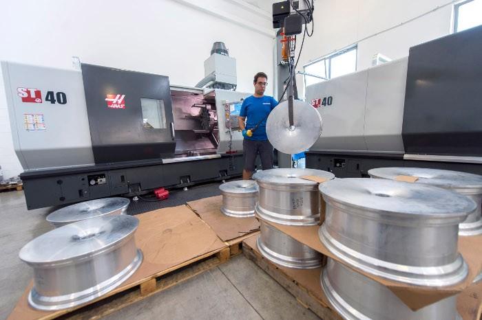 """A géppark növekedésével Lucaora néhány egyéb előnyt is felismert, amelyek a Haas CNC-szerszámgépekbe való befektetéssel járnak. """"A kezelők nagyon könnyen programozzák és használják a gépeket – mondja. – Ez fontos, mert különféle gépeken kell dolgozniuk, ezért magabiztosan kell használniuk a vezérlést."""