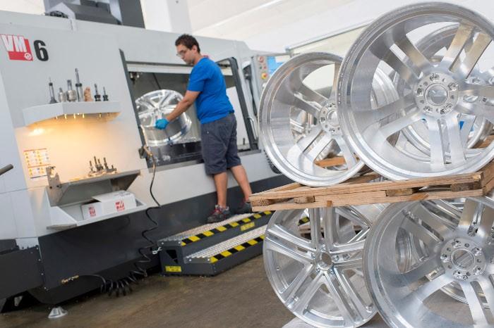A vállalat Haas VM-6-os gépe naponta legalább két és fél műszakban üzemel, többnyire gépkezelői felügyelettel.
