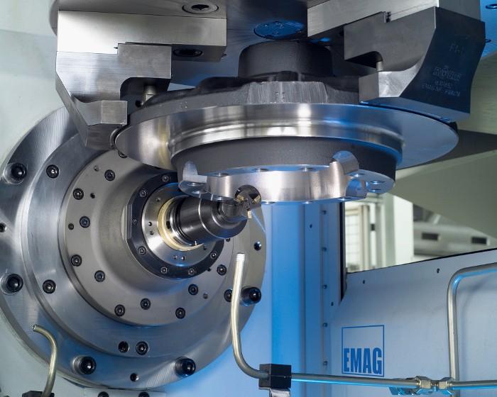 Átfogó eljárás egy gépben: Opcionális tengelyekkel és kiegészítő orsóegységekkel az EMAG nagy teljesítményű gyártóközpontokat hoz létre, amelyekben a nagyméretű munkadarabok esztergálással, fúrással, marással, köszörüléssel és sorjázással kompletten megmunkálhatók.