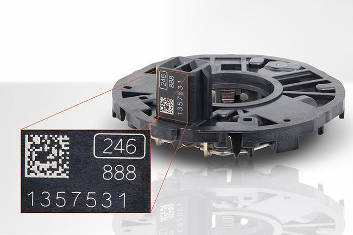 Autóipari alkatrész, és rajta egy nyomon követhető, lézerjelölésű kód © FOBA Laser Marking + Engraving (ALLTEC GmbH)