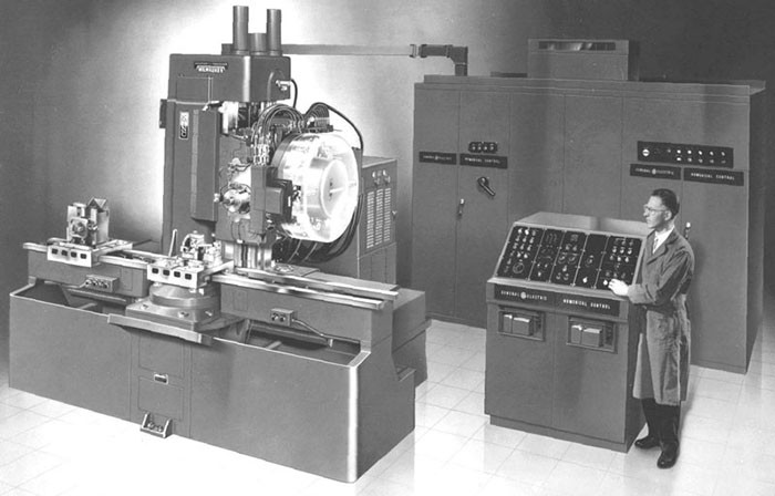 Az egyik legelső ipari kereskedelemben kapható NC szerszámgép, automata szerszámtárral