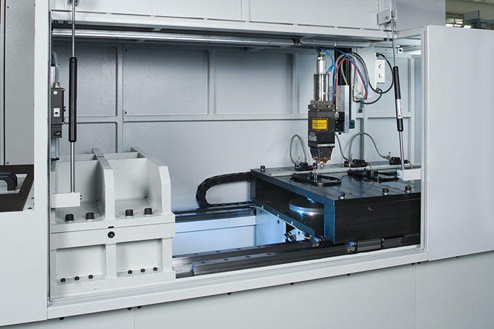 A fogaskerekek hegesztésére szolgáló ELC 160 lézer hegesztőberendezés munkatere. A fogaskerék melegítése, illesztése és lézeres hegesztése akár három állomáson is történhet.