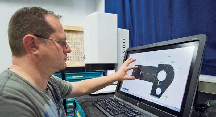 Wolfgang Benne magától tanulta meg, hogyan működtesse a ZEISS O-SELECT mérő projektort