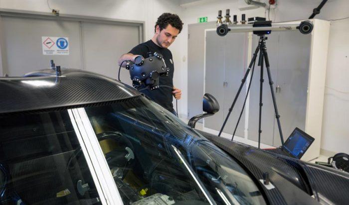 Amikor a gyártás során elérkezünk az autó összeszereléséhez, a minőségellenőrzés kérdése szoros összefüggésbe kerül a legyártott alkatrészek pontosságára és ismételhetőségre vonatkozó elvárással. Fent: Egy Koenigsegg Regera szkenneres vizsgálata.
