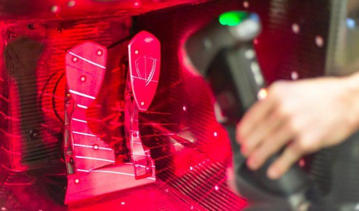 A Koenigsegg tökéletesen ragadja meg az innováció lényegét, amikor olyan működőképes, alternatív autókat fejleszt, melyeket takarékosabb üzemanyag-használat, jobb teljesítmény és nagyobb biztonság jellemez. Fent: HandySCAN 3D lézerszkenner munka közben.