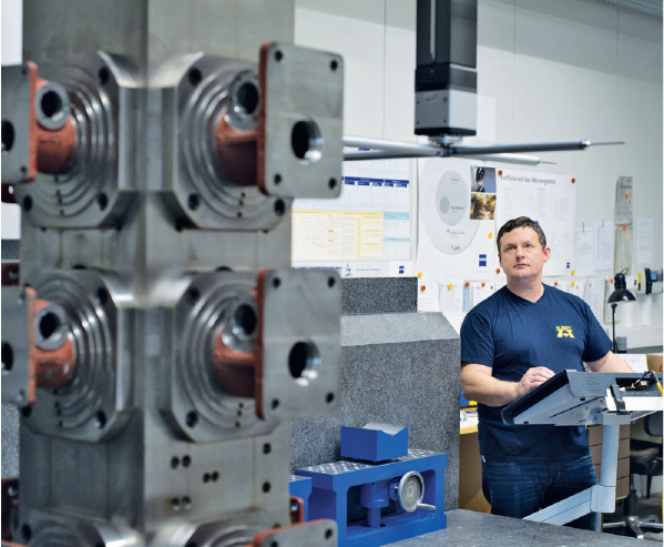 Reinhold Malli lenyűgözőnek találja az új mérőgép által biztosított pontosságot és ismételhetőséget
