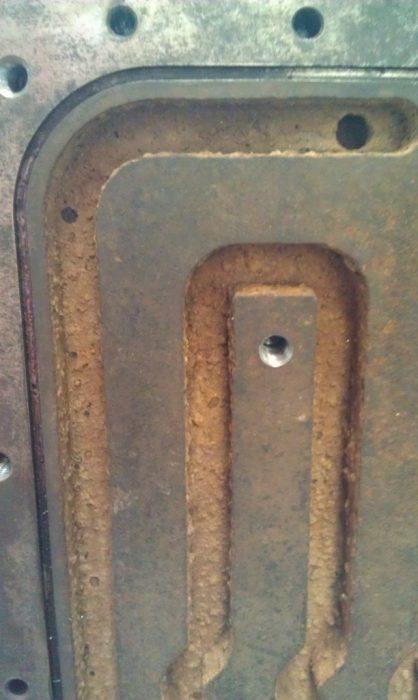 1. ábra: Rozsda és vízkő lerakódás egy szerszám hűtőkörében