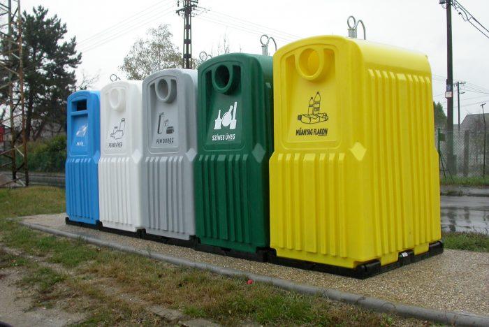 1. ábra: Szelektív hulladékgyűjtésre alkalmas tárolók. A szelektíven gyűjtött műanyag hulladékok (sárga tároló) nagy részét a PET palackok teszik ki