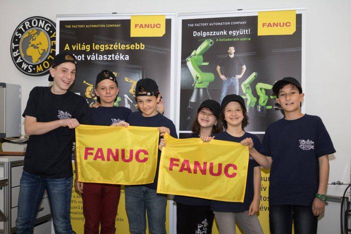 A TövisCsapat tagjai a FANUC törökbálinti bemutatótermében.