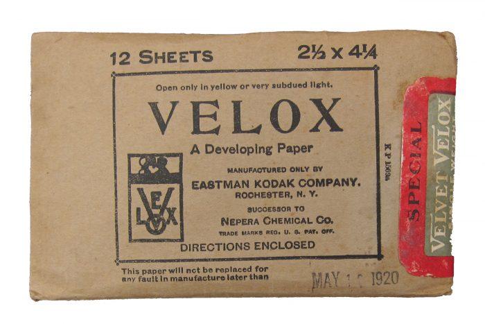 2.ábra A Baekeland áltla feltalált, később meggazdagodása alapjául szolgáló Velox fotópapír (A képen az Eastman Kodak gyár, Baekeland-től megvásárolt licenszjogok alapján gyártott terméke látható)
