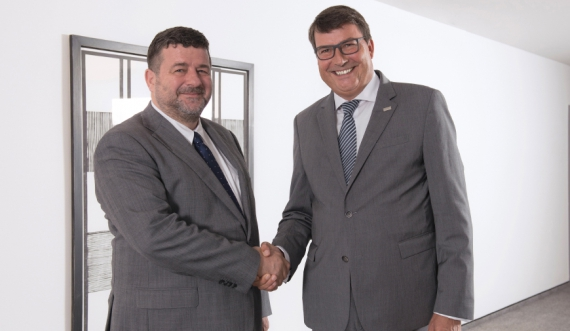 Jacques Lanners (left), Chairman of the Executive Board of the CERATIZIT Group, and Dr. Christof Bönsch, CEO of the KOMET GROUP, after the contract signing