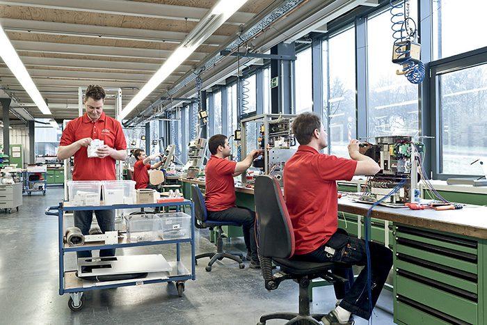 Az eldec generátorai igényes, részben kézi megmunkálással készülnek, és kiszállítás előtt ezeket a cég szakemberei gondosan ellenőrzik.