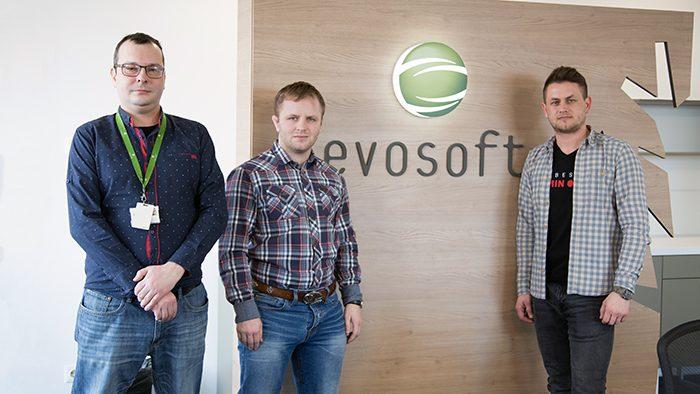 Varga Levente vezető szoftvermérnökkel, valamint Szórád Xavér és Tarba Attila rendszertesztelő szoftvermérnökökkel beszélgettünk