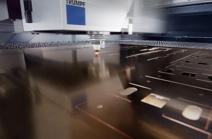 A erőteljes TruDisk szilárdtest-lézernek köszönhetően a gép a magas fényvisszaverő anyagok – például nitrogén használatával a réz – megmunkálására is alkalmas
