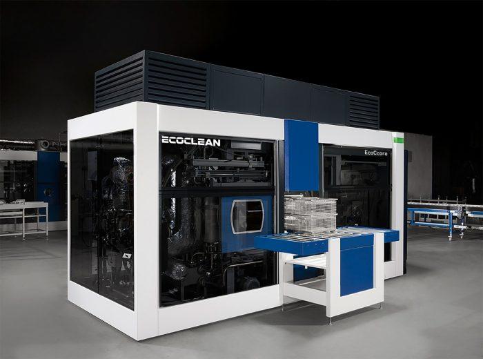Az Ecoclean oldószeres tisztításra szolgáló megoldásai – itt az EcoCcore – normákat teremtenek a tisztítás ezen területén a tisztítási minőséget, a megbízhatóságot, a rugalmasságot és a tisztítási költségeket illetően. Kép forrása: Ecoclean