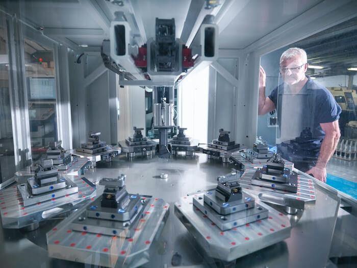 Az intelligens gyártási gépek, úgymint ez a CNC esztergapad, automatizálják a folyamatokat, azonban kezelésükhöz gyakran képzett szakemberekre van szükség.
