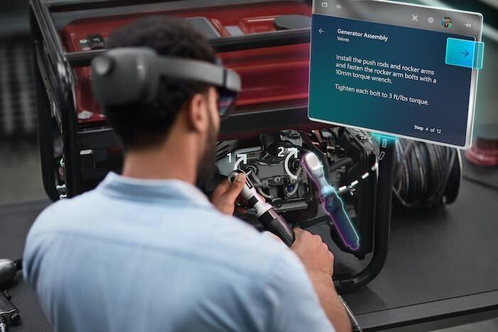 Kiterjesztett valóság és virtuális valóság – vagy ebben az esetben a Microsoft HoloLens 2 szemüvege, a vegyes valóság – lehetővé teszi a dolgozók hatékony, táv- és helyszíni képzését, illetve továbbképzését. A Microsoft jóvoltából.